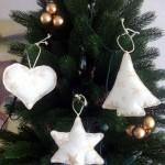Erstens: 3 handgefertigte Weihnachtsbaum-Anhänger aus Baumwoll-Stoff, gefüllt mit Schneeflies, mit farblich passender Kordel